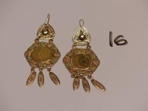 1 paire de pendants en or à décor de grappes de raisins serti-griffes 1 pièce de 10Frs. PB 20,6g