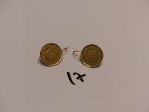 1 paire de boucles en or serti-griffes une pièce de 10Frs. PB 8g