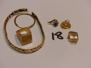 1 lot casse en or (19,5g) 1 médaille en or (2,2g) 1 boucle en or ornée de pierres (1,3g) et 1 boîtier de montre en or (5,7g hors service). PB total 28,7g