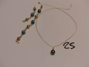 1 collier fil en or (un peu usé,L39cm) 1 pendentif monture en or rehaussée d'une perle grise, 1 bracelet boules en or et perles turquoises (cassé en 2). PB 10,3g