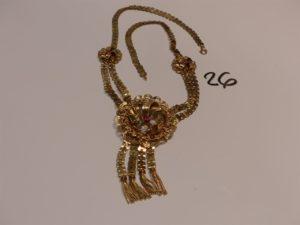 1 collier en or maille articulée à décor floral et orné de 3 petites pierres roses (L57cm). PB 30,8g