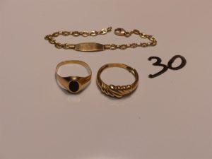 1 bracelet maille grain de café en or identité vierge (L14cm) 1 chevalière en or orné d'un onyx (Td54) et une bague ciselée en or (Td57,fendue). PB 7,7g