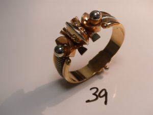 1 bracelet godron en or (fermoir à vis, diamètre 5/6,3cm). PB 43,8g