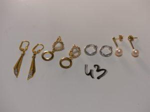 4 paires de boucles en or (1 ornée de petites pierres blanches, 1 bicolore, 1 ornée d'une perle et 2 créoles ciselées). PB 8,1g