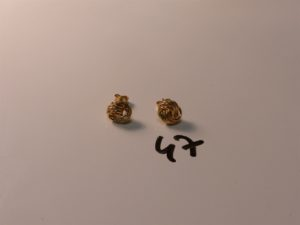 1 paire de boucles en or à motif torsadé. PB 1,5g