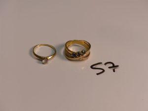 1 bague en or ornée de 3 petites pierres bleues et d'un rang de petits diamants (Td55) et une bague en or rehaussée d'une pierre (Td53). PB 8,7g