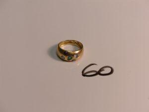 1 bague en or ornée de 5 petites pierres (Td56). PB 7,1g