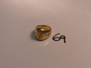 1 chevalière en or initiales gravées épaulées de 2 petits diamants (Td67). PB 32,6g
