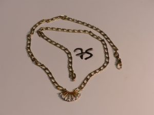 1 collier en or maille gourmette plate motif central orné de 7 petits diamants (L52cm). PB 21g