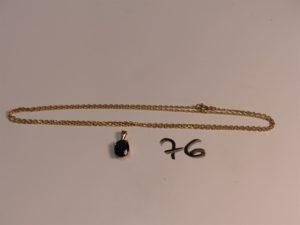 1 chaîne maille forçat en or (L60cm) et 1 pendentif en or serti-griffes 1 pierre bleue. PB 6,8g
