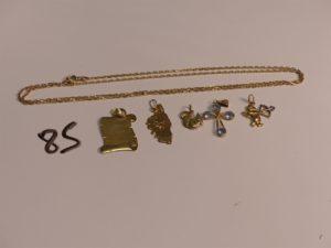 1 chaîne maille forçat en or (L60cm) 4 pendentifs en or (1 plaque, 1 carte de la Corse, 1 à décor de Cupidon, 1 écureuil) et 1 croix en or. PB 9,5g