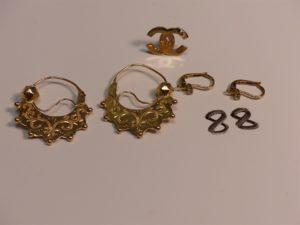 1 paire de créoles savoyardes en or, 1 paire de boucles en or ornées d'une petite pierre (manque pampilles) et 1 boucle en or ornée d'une petite pierre (fermoir en cahoutchouc). PB 10,2g