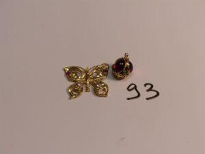 2 pendentifs en or : 1 orné de pierres cabochons, 1 à décor d'un papillon orné de 4 petites pierres (attache cassée). PB 10,1g