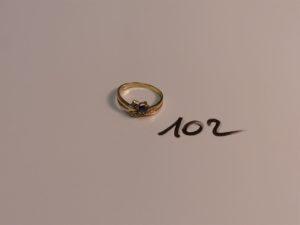 1 bague en or ornée d'une pierre bleue et de petits diamants (Td54). PB 2,5g