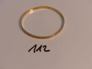 1 bracelet semi-rigide plat et ciselé en or (diamètre 6,5cm). PB 9,6g