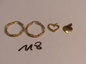 2 créoles ouvragées en or et 2 pendentifs en or (1 coeur cassé, 1 médaille d'amour). PB 4,6g