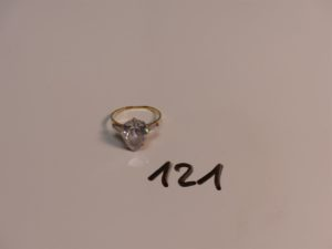 1 bague en or rehaussée d'une pierre blanche épaulée de 2 petites pierres (Td59). PB 3,8g