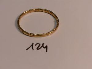 1 bracelet jonc torsadé ouvrant en or (fermoir cassé, diamètre 5/6cm). PB 14g