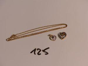 1 chaîne maille forçat en or (L41cm) et 2 pendentifs coeurs en or ( un bicolore orné d'une pierre bleue, un orné d'un rang de petites pierres bleues et de petits diamants). PB 5,2g