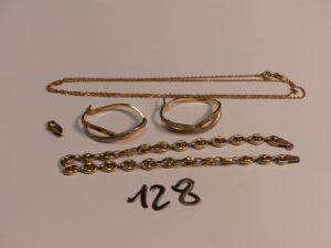 1 chaîne fine maille forçat (fermoir cassé,L50cm) 1 bracelet maille grain de café (fermoir cassé,L22cm) et 1 paire de créoles bicolores avec 1 rang orné de strass. Le tout en alliage 9K. PB 8,1g