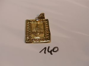 1 pendentif en or à décor ouvragé et orné d'une pierre (cabossé). PB 5,2g