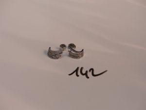 2 boucles en or ornées de petits diamants. PB 3,5g