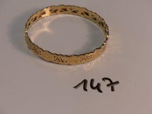 1 bracelet rigide à décor floral en or (diamètre 6,5cm). PB 12,1g