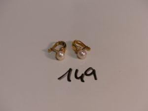 2 boucles en or rehaussées d'une perle et d'un rang de petites pierres. PB 5,5g