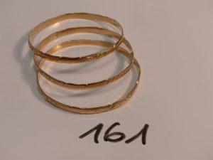 3 bracelets rigides ouvragés et ciselés en or (diamètre 6cm). PB 37,1g