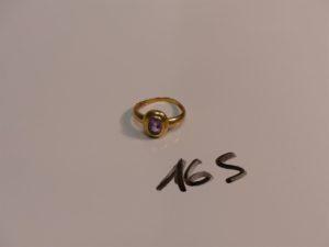 1 bague en or ornée d'une pierre violette (Td54). PB 3g