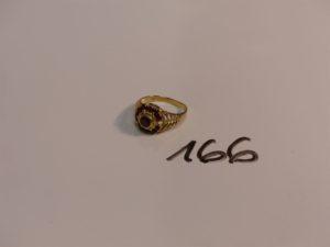 1 bague en or ornée de pierres couleur grenat (1 chaton vide,Td53). PB 3,9g