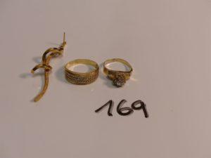 2 bagues en or (1 ornée de rangs de petites pierres Td59)(1 ornée de pierres, monture fendue) et 1 pendant en or. PB 7,9g