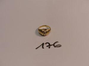 1 bague en or monture ciselée et ornée de 2 rangs de pierres (Td54). PB 4,7g
