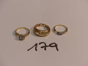 3 Bagues en or (1 résine à l'intèrieur abîmée, Td55)(1 rehaussée de pierres Td53)(1 ornée de petites pierres 1 chaton vide, Td51). PB 8,4g
