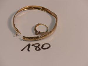 1 bracelet cassé et 1 bague cassée avec pierres. Le tout en alliage 9K. PB 3,9g