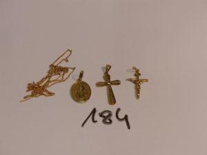 2 croix en or (1 ouvragée et 1 Christ sur croix), 1 médaille de la vierge en or et 1 chaîne cassée en or. PB 9,2g