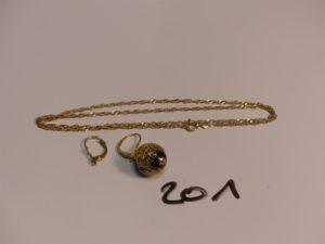 1 chaîne maille torsadée en or (L45cm) 1 pendant en or orné d'1 perle bleue et 1 attache de boucle en or. PB 7g