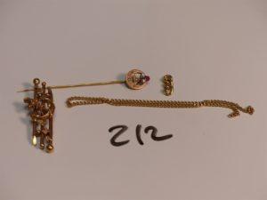 1 épingle en or ornée de petites perles et d'1 pierre rouge , 1 broche ancienne en or (manque aiguille) 1 bris de chaîne en or et 1 bris d'or. PB 7g