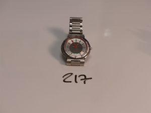 1 montre bracelet acier Oméga Seamaster Dynamic guichet dateur à 6H mouvement quartz.