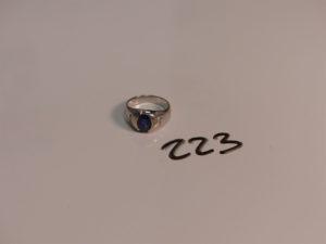 1 bague en or ornée d'une pierre bleue épaulée de 4 petits diamants (TD52). PB 7,1g