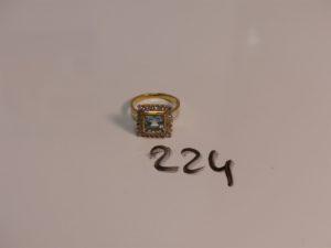 1 bague en or ornée d'une pierre bleue de forme carrée dans un entourge de petits diamants (Td53). PB 5,8g