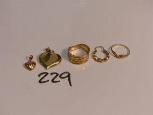 2 pendentifs en forme de coeur en or, 2 bagues cassées en or et 1 créole en or. PB 6,1g