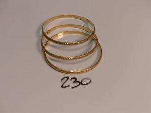 3 bracelets rigides ciselés en or poli et granité (diamètre 6cm). PB 21,6g