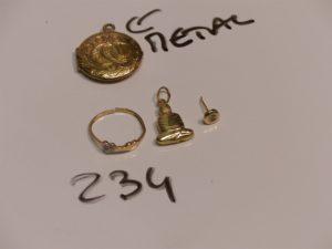 1 pendentif Boudha, 1 bague monture fendue et motif central orné d'un petit diamant (Td53) et 2 puces ornées d'1 pierre (manques systèmes). Le tout en or PB 3g (+ pendentif porte photos en plaqué or)