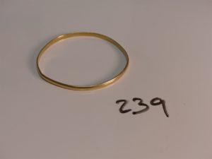 1 bracelet demi-jonc en or (diamètre 6cm, à redresser). PB 13,7g
