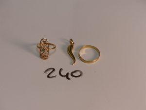 1 bague en or ornée d'une petite pierre verte (Td54), 1 alliance en or (Td59) et 1 pendentif piment en or. PB 4,6g