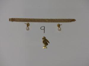 1 chaîne maille gourmette cassée (L52cm), 1 pendentif poisson et 1 paire de boucles ornées d'une perle (manque systèmes). Le tout en or PB 12,7g