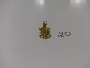 1 croix en or à décor de la vierge et l'enfant Jésus. PB 8,1g