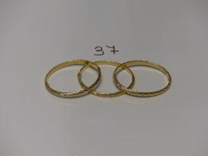 3 bracelets demi-joncs ouvrants et ciselés en or (diamètre 5/6cm). PB 19,4g