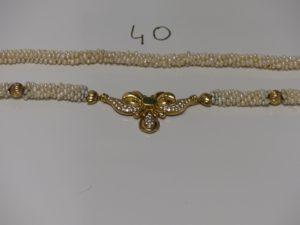 1 collier perles baroques rehaussé de 5 boules ciselées en or (1 cabossée) et centré d'un motif en or orné de petites pierres (L77cm). PB 92,5g